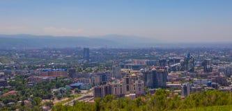 Vista della città di Almaty dalla collina di Koktobe, il Kazakistan Immagini Stock Libere da Diritti