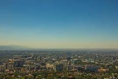 Vista della città di Almaty dalla collina di Koktobe, il Kazakistan Immagine Stock