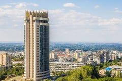 Vista della città di Almaty, hotel di Kazakstan di estate Fotografie Stock Libere da Diritti