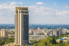 Vista della città di Almaty, hotel di Kazakstan di estate Fotografia Stock Libera da Diritti