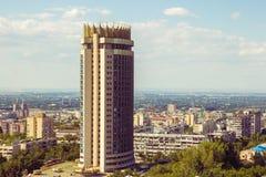 Vista della città di Almaty, hotel di Kazakstan di estate Fotografia Stock