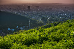 Vista della città di Almaty sul tramonto Vista aerea panoramica Immagini Stock
