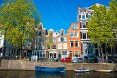 Vista della città di Amsterdam, delle case olandesi tipiche e delle barche, Olanda, Paesi Bassi Fotografia Stock Libera da Diritti