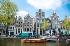 Vista della città di Amsterdam, delle case olandesi tipiche e delle barche, Olanda, Paesi Bassi Fotografia Stock
