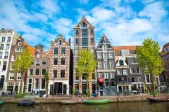 Vista della città di Amsterdam, delle case olandesi tipiche e delle barche, Olanda, Paesi Bassi Immagine Stock Libera da Diritti