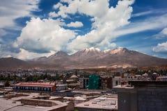 Vista della città di Arequipa, Perù con il vulcano di El Misti dentro immagine stock