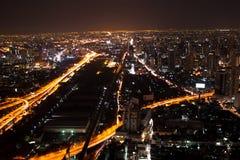 Vista della città di Bangkok alla notte da alta costruzione Immagini Stock Libere da Diritti