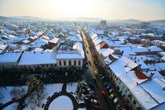 Vista della città di Bistrita nell'inverno. Immagini Stock