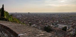 Vista della città di Brescia dal castello immagini stock