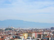 Vista della città di Bursa in Turchia durante il tempo di giorno con Emir Sultan Mo Immagine Stock Libera da Diritti