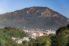 Vista della città di Cava de Tirreni in Italia fotografie stock libere da diritti