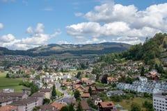 Vista della città di Europena di estate con cielo blu e le nuvole fotografie stock