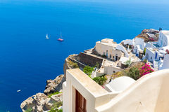 Vista della città di Fira - isola di Santorini, Creta, Grecia. Scale di calcestruzzo bianche che conducono giù alla bella baia Fotografie Stock