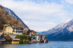 Vista della città di Hallstat al lago ed alla montagna, su un bello in anticipo Immagine Stock Libera da Diritti