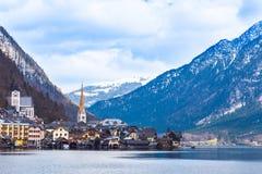 Vista della città di Hallstat in Austria al lago ed alla montagna, su un piacevole Fotografia Stock Libera da Diritti