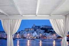Vista della città di Ibiza dal gazebo bianco Immagine Stock