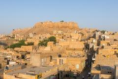 Vista della città di Jaisalmer con la fortificazione sulla collina Fotografia Stock