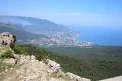 Vista della città di Jalta dalla montagna di Ai Pétri, Crimea fotografie stock