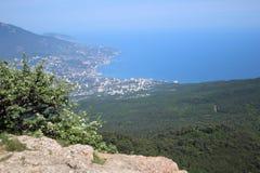 Vista della città di Jalta dalla montagna di Ai Pétri, Crimea fotografia stock