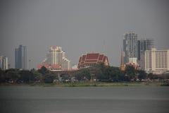 Vista della citt? di Khon Kaen e del lago con smog fotografia stock