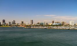 Vista della città di LA da acqua fotografie stock