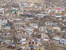 Vista della città di Leh dalla cima della montagna, Ladahk, Kashmir, India fotografia stock