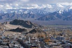 Vista della città di Leh, la capitale di Ladakh, India del Nord Immagine Stock