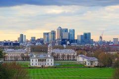 Vista della città di Londra al centro di affari Warth color giallo canarino e Greenwich Fotografia Stock Libera da Diritti