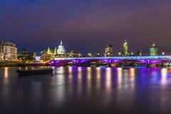 Vista della città di Londra alla notte Fotografie Stock Libere da Diritti