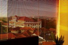 Vista della città di mattina dietro la tenda fotografia stock libera da diritti
