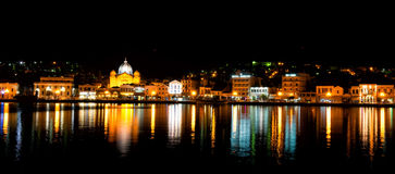 Vista della città di Mitilene dal mare alla notte fotografia stock