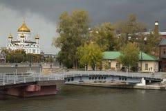 Vista della città di Mosca Russia sul fiume, sulle vecchie costruzioni e su Cristo la S Immagine Stock