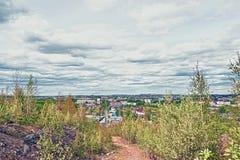 Vista della città di Nižnij Tagil dalla cima della montagna immagini stock