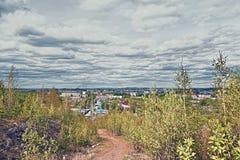 Vista della città di Nižnij Tagil dalla cima della montagna fotografie stock libere da diritti