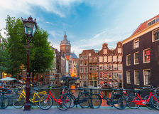 Vista della città di notte del canale, della chiesa e del bri di Amsterdam Fotografie Stock Libere da Diritti