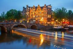 Vista della città di notte del canale e del ponte di Amsterdam Fotografie Stock