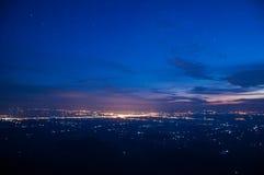 Vista della città di notte sulla montagna Fotografie Stock