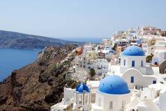 Vista della città di Oia con le sue cupole Santorini fotografia stock libera da diritti
