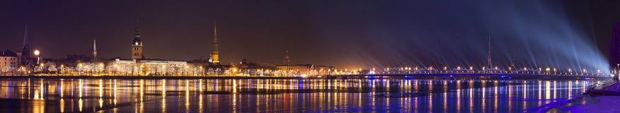 Vista della città di Riga con lo spettacolo di luci celebratorio fotografia stock libera da diritti