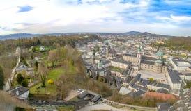 Vista della città di Salisburgo dalla fortezza Hohensalzburg in Austria, tempo di primavera Immagini Stock