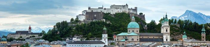Fortezza di Hohensalzburg di estate (costruita in 1077) sulla cima della montagna (S Immagini Stock