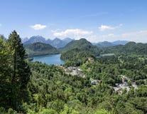 Vista della città di Schwangau e del lago Alpsee, photoshoot dalla collina del castello di Hohenschwangau Fotografie Stock