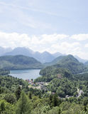 Vista della città di Schwangau e del lago Alpsee, photoshoot dalla collina del castello di Hohenschwangau Fotografia Stock Libera da Diritti