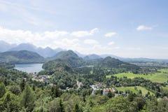 Vista della città di Schwangau e del lago Alpsee, photoshoot dalla collina del castello di Hohenschwangau Fotografia Stock
