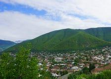 Vista della città di Sheki da una collina fotografia stock libera da diritti