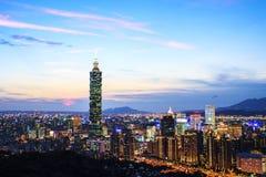 Vista della città di Taipei alla notte Fotografia Stock