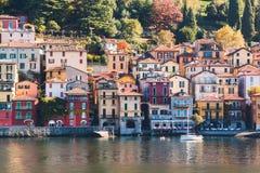 Vista della città di Varenna Lago e montagne Lago Como, Italia Fotografie Stock Libere da Diritti