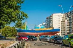 Vista della città di Vigo con le case, le automobili e la nave sulla terra Immagini Stock