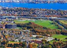 Vista della città di Zurigo dalla montagna di Uetliberg Immagine Stock