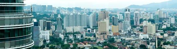 Vista della città dietro il grattacielo Immagine Stock